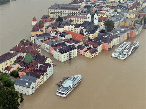 Thousands evacuated in Germany as dam on Elbe river breaks